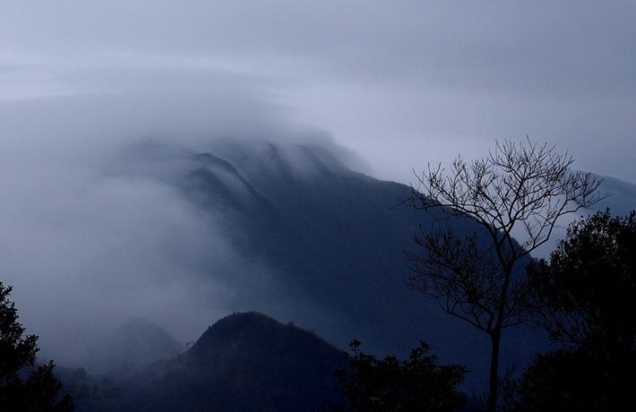 Mây cuộn và núi non hùng vĩ chốn Yên Tử