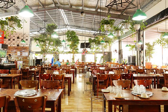 Ánh sáng tự nhiên mang lại không gian tháng đãng cho nhà hàng